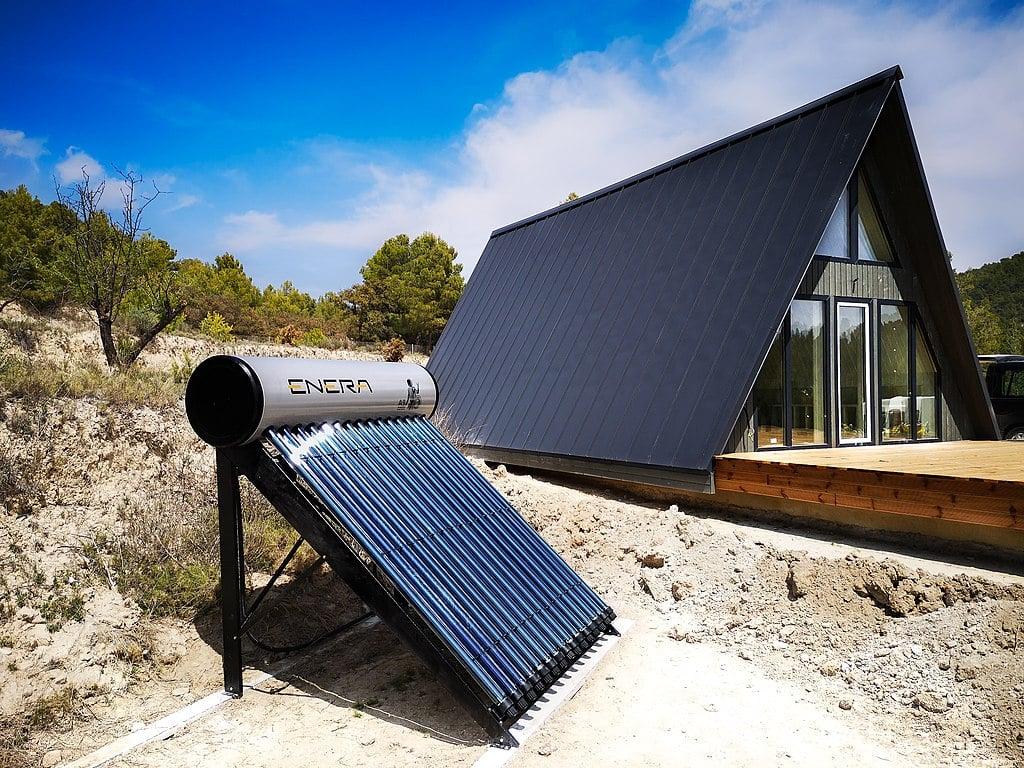 1024px-Calentador_solar_tubes_de_vacio