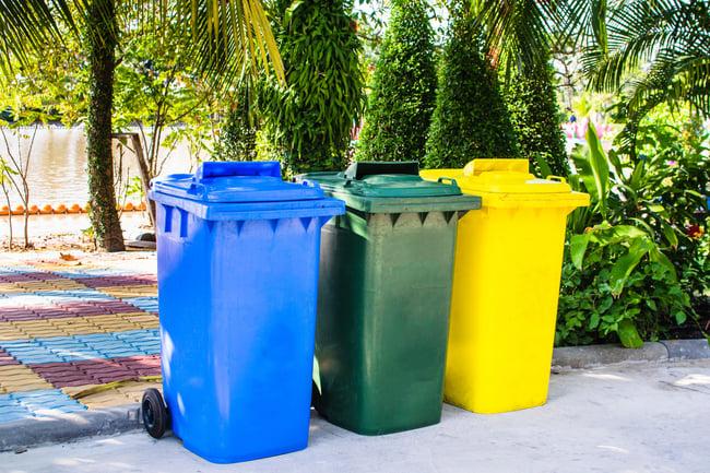 Cubos de basura de reciclaje