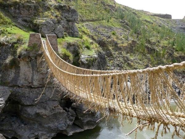 Puente colgante o pasarela de cuerdas río Apurimac en la ciudad de Cúzco