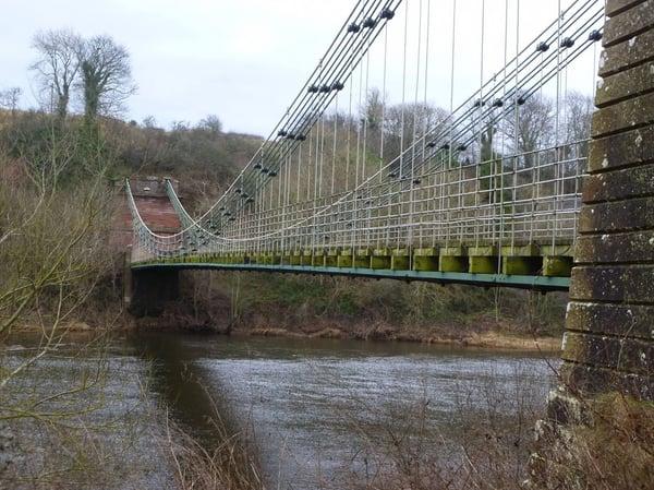Imagen de puente colgante sobre rio