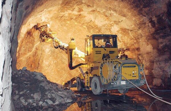 Maquina perforando tunel