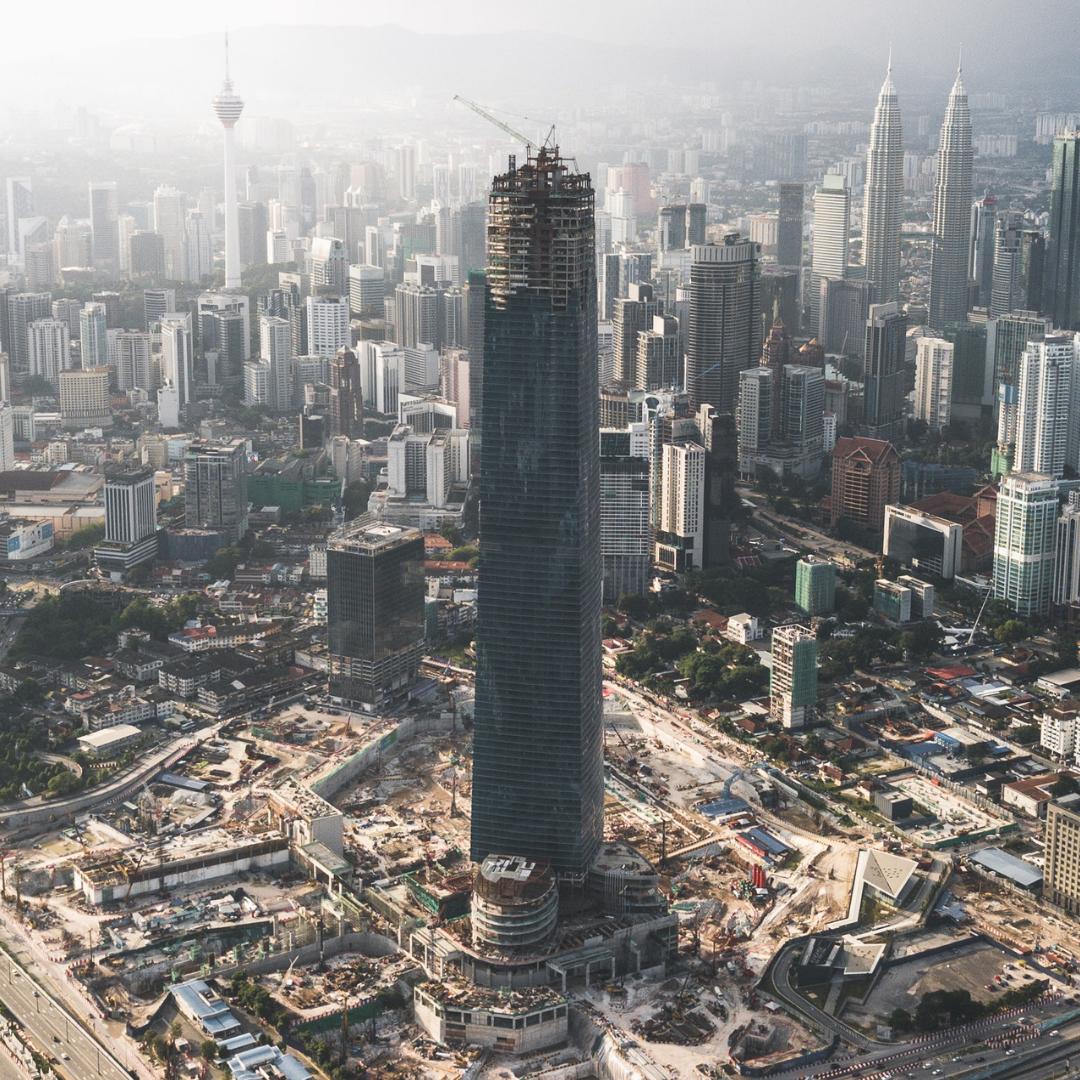 Vista aérea de la construcción del rascacielos The Exchange 106 en Malasia.
