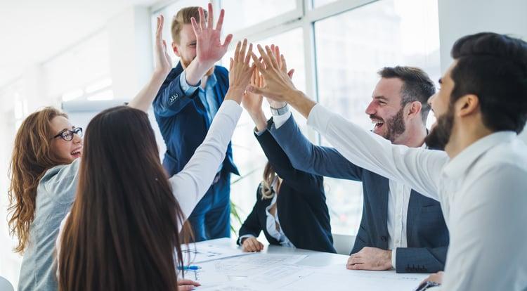 jefe-de-grupo-felicita-a-sus trabajadores